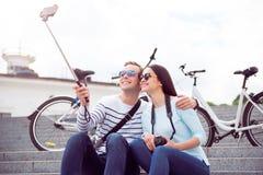 做selfie的年轻夫妇 库存图片