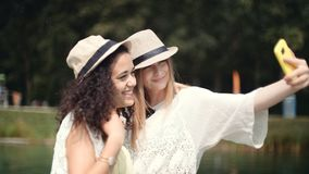 做selfies的两个快乐的女孩由湖 库存图片