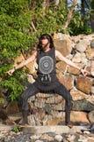 做shamanic舞蹈本质上的美丽的女孩 免版税库存照片