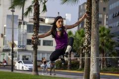 做slackline的西班牙少女 图库摄影