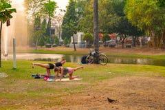 做streching的锻炼的两名妇女作为同瑜伽一样 免版税库存照片