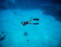 做tumbs的Freediver签到圣安德烈斯哥伦比亚 免版税库存照片