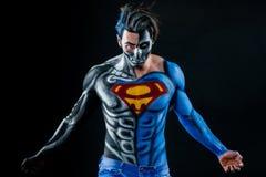 做ua有蓝色和白色透镜的钢正面英雄和一个半部分喜欢机器人 图库摄影
