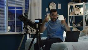 做vlog录影的人在照相机 股票视频