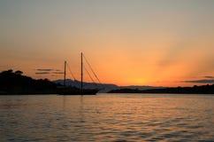 停住在海湾的美丽的日落风船在波尔图Heli,伯罗奔尼撒,希腊附近 库存照片