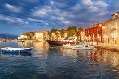 停住在美丽的Sutivan口岸,布拉奇岛海岛,克罗地亚的渔船 brac克罗地亚海岛已知的石灰石做sutivan好的白色 做知名 库存图片