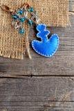 停住海滩袋子或汽车的魅力keychain 蓝色感觉与小珠的装饰品在老木背景 diy简单的夏天 顶视图 免版税库存照片