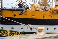 停住的一条老风船,停泊对码头 正弦 免版税库存照片
