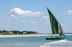 停住的单桅三角帆船海岛  库存照片