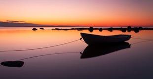 停住的小船划船日落 免版税库存照片