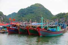停住的小船在下龙湾,越南 库存图片