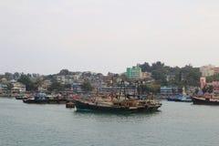 停住的小船chau cheung钓鱼海港洪房子kong 免版税图库摄影