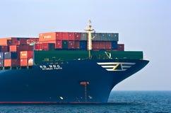 停住的巨大的集装箱船现代信念的弓 不冻港海湾 东部(日本)海 19 04 2014年 免版税库存照片