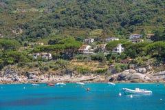 停住的汽艇在第勒尼安海中, Sant安德烈亚斯水域  免版税库存图片