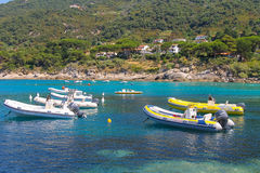 停住的汽艇在第勒尼安海中, Sant安德烈亚斯水域  免版税库存照片