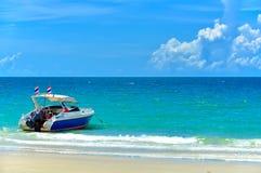 停住的海滩美丽的小船沙子 库存图片