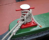 绳索停住的运河驳船 免版税库存照片