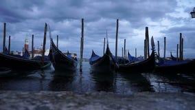 停住的长平底船录影在码头的在漂浮在海的威尼斯(Venezia)在Gran运河附近 股票录像