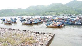 停住舰队港口附近的nha sampan trang 免版税库存图片