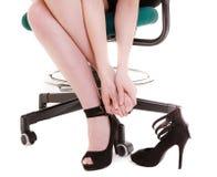 停工斗争 休假鞋子的疲乏的女实业家 免版税库存照片