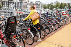 停放一辆自行车的妇女在阿姆斯特丹 免版税库存图片
