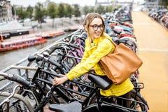 停放一辆自行车的妇女在阿姆斯特丹 库存图片