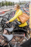 停放一辆自行车的妇女在阿姆斯特丹 免版税库存照片
