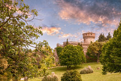 停放与中世纪城堡在沃尔泰拉,托斯卡纳,意大利 库存图片