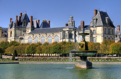 停放与枫丹白露宫殿池塘在法国 库存照片