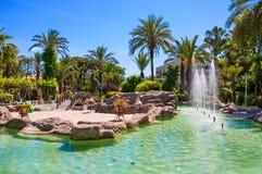 停放与池塘和棕榈树由海 免版税库存照片