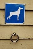 停放为狗、钢圆环和标志 库存图片