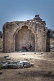 停放在亨比废墟的摩托车  联合国科教文组织遗产  免版税库存图片