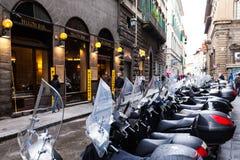 停放在佛罗伦萨市街道上的滑行车  免版税图库摄影