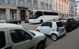 停放在城市的微型汽车 免版税库存照片