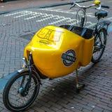 停放在城市街道自行车特写镜头 库存图片