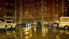 停放在多层的大厦在晚上 免版税库存图片