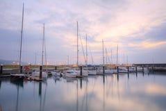 停放在小游艇船坞的渔船和游艇风景在多云天空在宜兰监狱中,台湾下 免版税库存图片