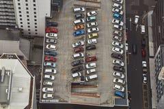 停放在屋顶的汽车 库存照片