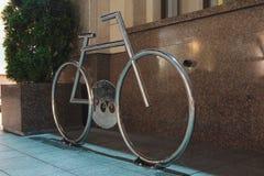 停放在晚上光的一辆自行车的 免版税图库摄影