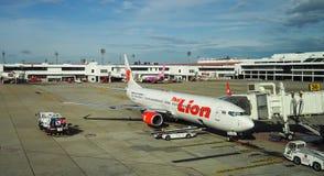 停放在曼谷国际机场(廊曼)曼谷的飞机泰国狮子空中航线 免版税库存图片