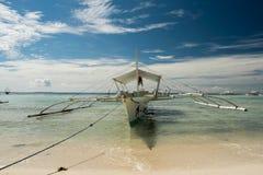 停放在海滩的岸的一个渔船 免版税图库摄影