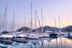 停放在港口在日落,港口游艇俱乐部的游艇在Gocek,土耳其 库存照片
