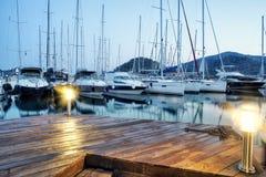 停放在港口在日落,港口游艇俱乐部的游艇在Gocek,土耳其 免版税库存图片