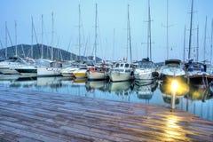 停放在港口在日落,港口游艇俱乐部的游艇在Gocek,土耳其 库存图片