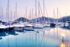 停放在港口在日落,港口游艇俱乐部的游艇在Gocek,土耳其 免版税库存照片
