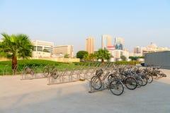 停放在现代和进步的数十辆自行车的自行车行李架 图库摄影
