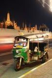停放在盛大宫殿或曼谷玉佛寺附近的Tuktuk 库存照片