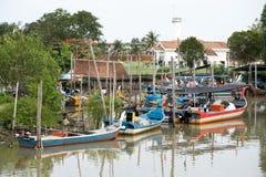 停放在码头的木鱼小船 免版税库存照片