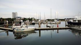 停放在码头的白色小船 免版税库存照片