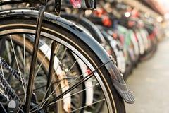 停放在自行车行李架的自行车在街市阿姆斯特丹, Neth 免版税图库摄影